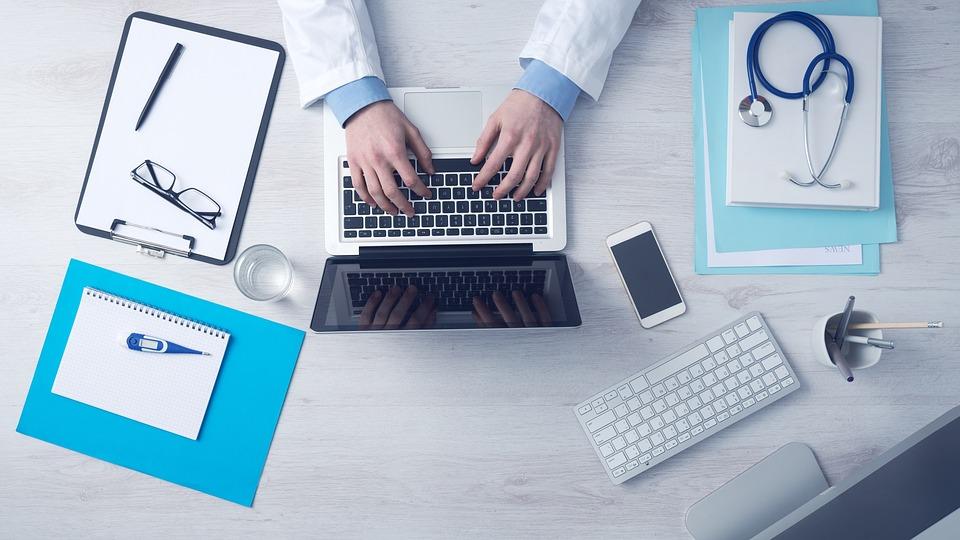 Il medico competente collabora con il datore di lavoro alla valutazione dei rischi e realizza la sorveglianza sanitaria, definendo uno specifico protocollo sanitario.
