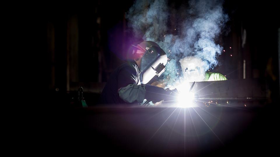 La saldatura di metalli è un procedimento che espone il lavoratore a molteplici rischi, come quello chimico e cancerogeno.