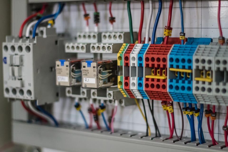 """In presenza di impianti elettrici  devono essere adottati opportuni accorgimenti, soprattutto se tale attività rientra nella definizione di """"lavoro sotto tensione"""""""
